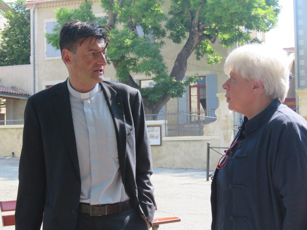 Echanges du Père Ruchon avec Elizabeth Van de Voorde à l'occasion de son exposition à la chapelle des Pénitents à Lagarde Adhémar